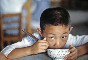 Niño de preescolar en una escuela de una fábrica en Beijing (China)