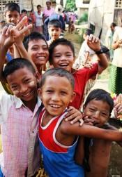 Unos niños en el campamento de desplazados internos en el estado de Rakhine, Myanmar. OCHA