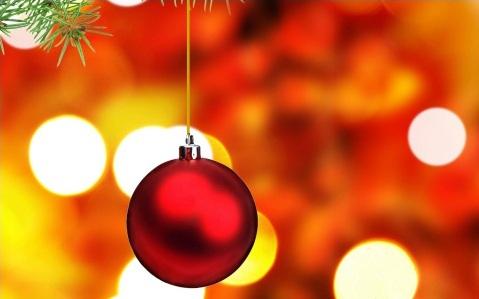 de todos los abetos navideos cuelgan siempre bolas de diferentes colores ms o menos brillantes e incluso algunas con luz propia